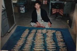 40代の若かりし頃の元館長。 大山川で釣った岩魚を前に