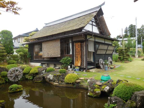 長岡秀雄さんの自宅に有った茅葺屋根の離れ、彼は自分だけここで寝ていると語った、さぞかしいい眠りにつけそうな粋なつくりだ