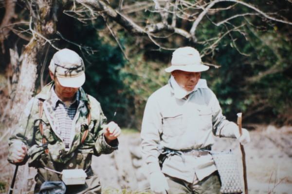 秋元社長とイワナを釣り館長