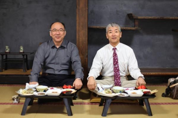 羽黒山の斎館で精進料理を食べる二人。
