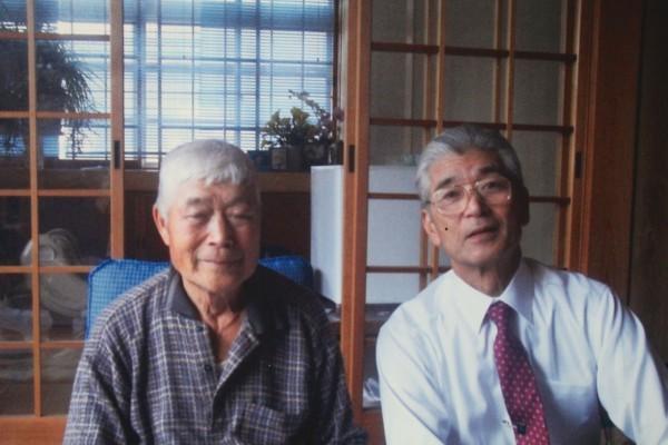 57年振りに再会した「親父さん」。当時の思い出をいつまでも語り合った。(2011年10月撮影)