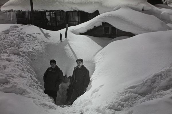雪に埋まった学園の正面玄関