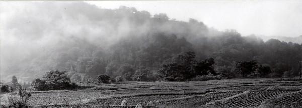 山裾の手前に「発破かけ」した川がある。(昭和40年撮影)