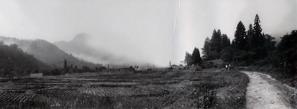 刈り入れの終わった田圃。この奥のあたりに「親父さん」の家がある。(昭和40年撮影)