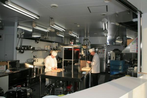 新水族館レストランの厨房。