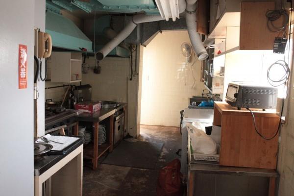 旧館の厨房。左側のコンロでがんがん火を焚いていた。