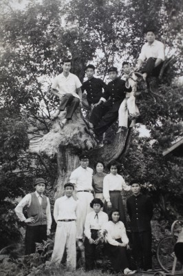 木に登って同級生や先生と記念撮影。木の上、左から2人目が私である。