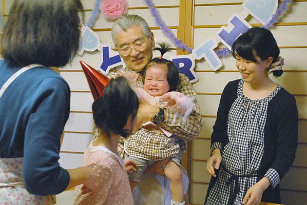 撮影の一場面。赤ちゃんを抱っこしたのはいつぶりだろうか。