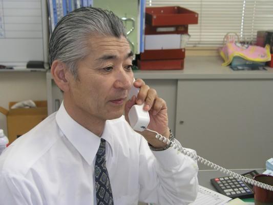 電話対応に追われる館長