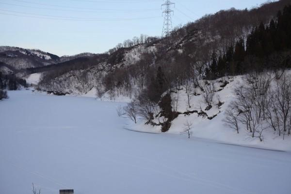 ダムにかかる橋から見下ろした山並みと湖面。右の崖に伊佐領までの道が有った。